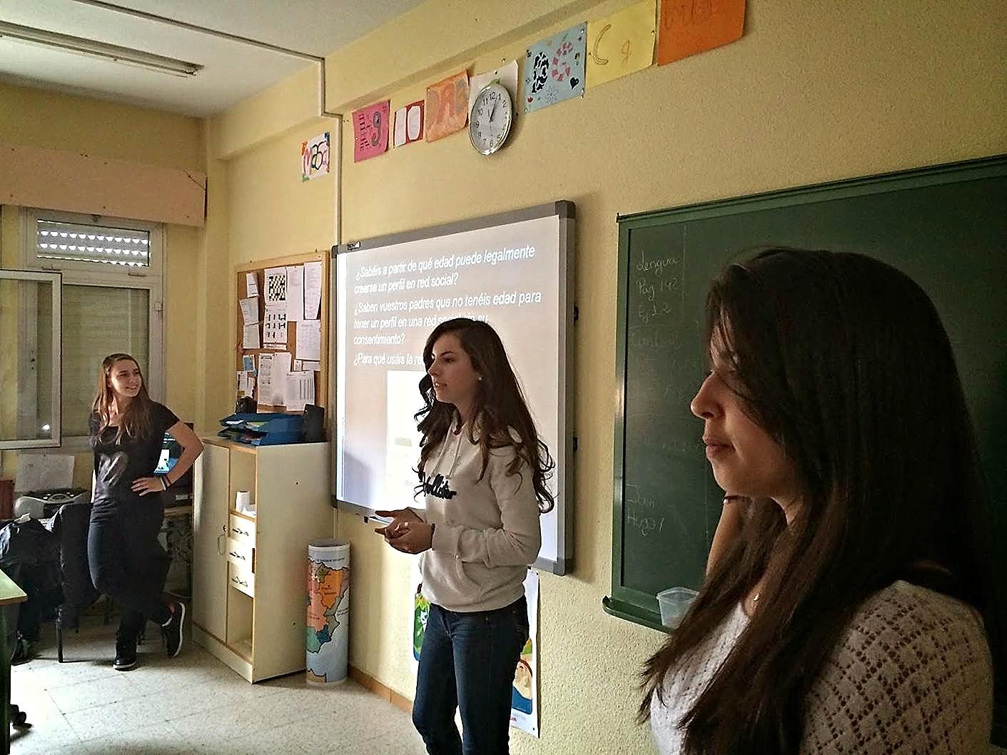 Alumnas ayudantes TIC, del IES 'Los Rosales', en una intervención con un grupo de estudiantes de educación primaria