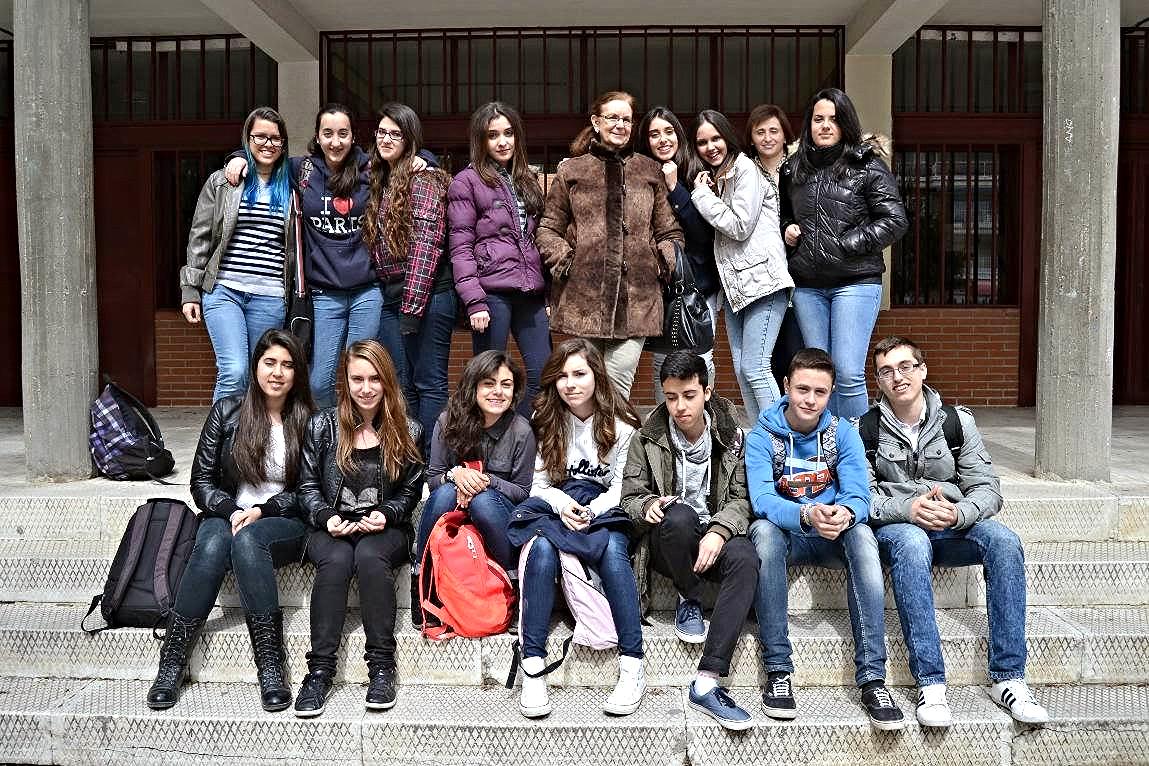 Equipo de ayudantes del IES 'Los Rosales' en su ronda de intervenciones en centros de la zona. En este caso, con el Colegio Público de Educación Infantil y Primaria 'Severo Ochoa' de Móstoles.