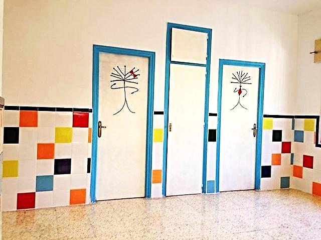 Hemos comenzado el curso con pasillo nuevo. De nuevo hemos contado con la colaboración del AMPA del colegio que nos ha pagado la obra, y del Ayuntamiento  que nos ha aportado los materiales.