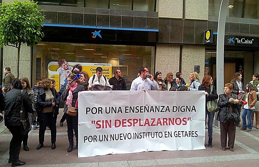 Concentración de familias a las puertas de la Subdelegación del Gobierno en el Campo de Gibraltar | IES 'García Lorca, todo es posible', en: El blog de Juan Manuel Dicenta