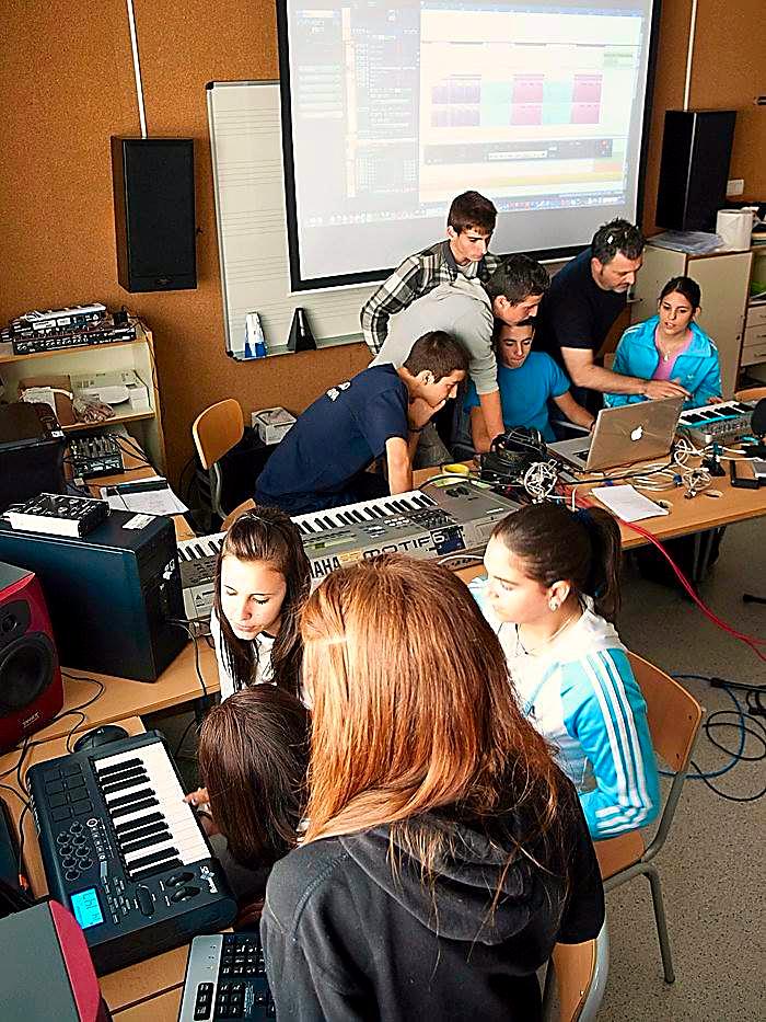 Adolf Murillo y estudiantes del IES 'Arabista Ribera' en la fase de manipulación digital de los sonidos | Adolf Murillo