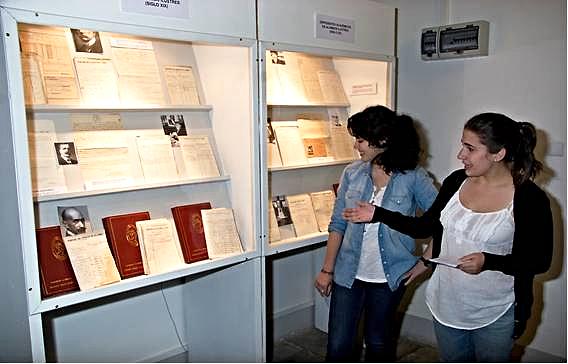 Estudiantes del IES 'San Isidro' mostrando de los fondos del Museo | Rafael Martín Villa