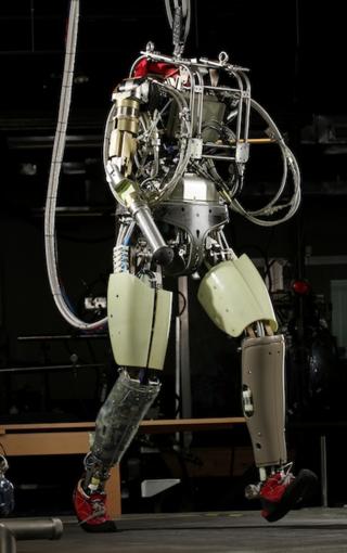 El robot PETMAN caminando por la cinta estática