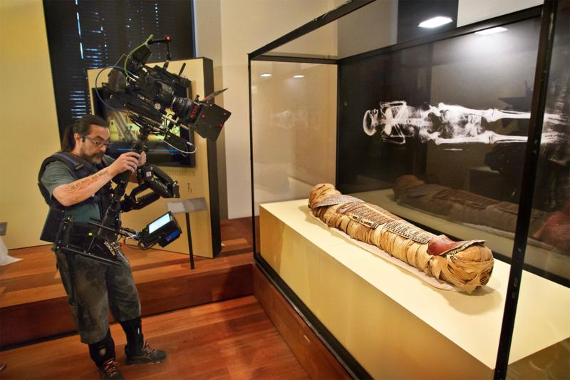 El operador de steady del documental retrata a la momia egipcia antes de iniciar su viaje al hospital.